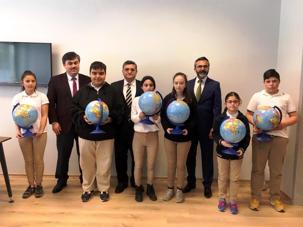 Melahat Şefizade Ortaokulu Öğrencilerine Küre Hediyesi